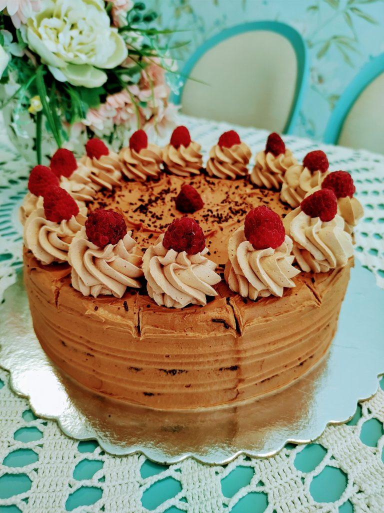 Шоколадова торта с шоколадов мус, малини, ягоди, лешници